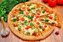 Pizza med kött, gurkor, tomater och gräsplaner Royaltyfri Bild