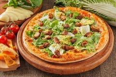 Pizza med kött och sallad Royaltyfri Foto