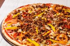 Pizza med köttfärs arkivbilder