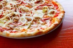 Pizza med kallskuret och toppningar, närbild, mjuk fokus, selektiv fokus Arkivbild