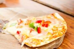 Pizza med korven, tomater, champinjoner och nära övre för ost bac Royaltyfri Fotografi