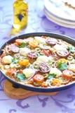Pizza med körsbärsröda tomater, peppar, oliv och mozzarellaen Arkivbilder