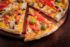 Pizza med mozzarellaen, champinjoner, oliv och Royaltyfria Bilder
