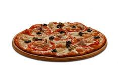 Pizza med musslan, calmars, räkor och bläckfisken på vit backgr Arkivbild