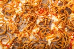 Pizza med nötkött och den stekte löken Vit bakgrund Royaltyfria Bilder