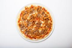 Pizza med nötkött och den stekte löken Vit bakgrund Arkivfoton