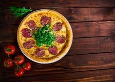 Pizza med nötkött på en trätabell Härlig bakgrund royaltyfria foton