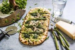 Pizza med nya vårgrönsaker och örter Arkivbilder