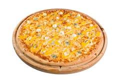 Pizza med olika variationer av ost på träbräde för ett arkiv eller en meny Arkivbild