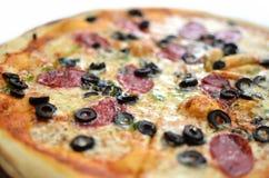 Pizza med oliv och salami Arkivbilder