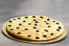 Pizza med olivgrön Arkivbilder