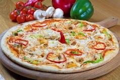 Pizza med ost för fegt bröst, champinjon- och Mozzarella Arkivbilder