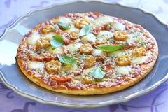 Pizza med peperonin, tomater, peppar och mozzarellaen Fotografering för Bildbyråer