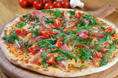 Pizza med prosciuttoen, arugula och parmesan på bästa sikt för träbakgrund lyx för livsstil för utmärkt mat för carpacciokokkonst Arkivbilder