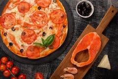 Pizza med räkor, laxfilén och ost Näringsrikt användbart Top beskådar Svart bakgrund royaltyfri foto