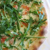 Pizza med raket Royaltyfria Bilder