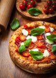 Pizza med salami och mozzarellaen arkivfoton