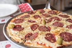 Pizza med salami och oliv i El Calafate, Argentina Royaltyfria Bilder