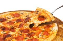 Pizza med salamiost Arkivbilder