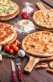 pizza med skaldjur och ost, fyra ostar, peperoni, kött, margarita arkivbild