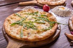 Pizza med skaldjur och ost på en träställning royaltyfri fotografi