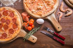 Pizza med skaldjur och ost, peperoni royaltyfri bild