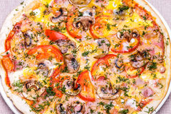 Pizza med skinka, champinjoner, tomaten och ägget Royaltyfri Bild