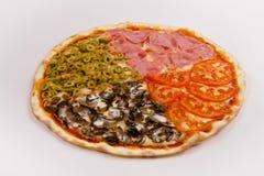 Pizza med skinka, champinjoner, tomater och oliv på en vit backgr royaltyfri foto