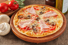 Pizza med skinka och champinjoner Royaltyfri Bild