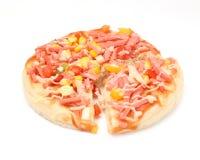Pizza med skinka och havre kärnar ur överst Royaltyfri Bild