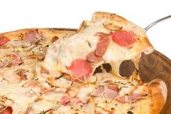 Pizza med skinka och korvar Royaltyfri Foto