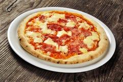 Pizza med skinka och mozzarellaen Arkivfoto