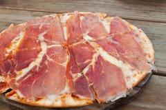 Pizza med skinka och ost. Arkivfoton
