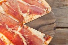 Pizza med skinka och ost. Fotografering för Bildbyråer