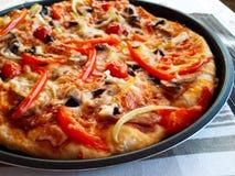 Pizza med skinka, ost och champinjoner royaltyfria bilder