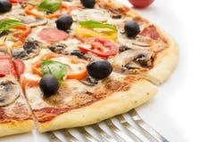 Pizza med skinka, peppar och oliv Arkivfoto