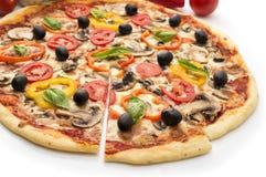 Pizza med skinka, peppar och oliv Royaltyfria Bilder