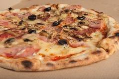 Pizza med skinka, svarta oliv, skinka, kryddor italiensk pizza Hemmet gjorde mat Begrepp för ett smakligt och hurtigt mål, lunch royaltyfri bild