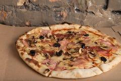 Pizza med skinka, svarta oliv, skinka, kryddor italiensk pizza Hemmet gjorde mat Begrepp för ett smakligt och hurtigt mål, lunch royaltyfria foton