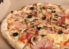 Pizza med skinka, svarta oliv, skinka, kryddor italiensk pizza Hemmet gjorde mat Begrepp för ett smakligt och hurtigt mål, lunch fotografering för bildbyråer