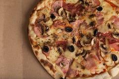 Pizza med skinka, svarta oliv, skinka, kryddor italiensk pizza Hemmet gjorde mat Begrepp för ett smakligt och hurtigt mål, lunch royaltyfri foto