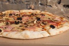 Pizza med skinka, svarta oliv, skinka, kryddor italiensk pizza Hemmet gjorde mat Begrepp för ett smakligt och hurtigt mål, lunch arkivfoton