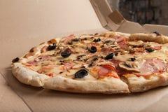 Pizza med skinka, svarta oliv, skinka, kryddor italiensk pizza Hemmet gjorde mat Begrepp för ett smakligt och hurtigt mål, lunch arkivbild