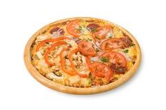 Pizza med skinka, tomater, champinjoner och tomater Royaltyfri Fotografi