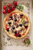 Pizza med tomaten, mozzarellaen och sardela Arkivfoto