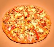 Pizza med tomaten, salami Royaltyfri Foto