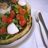 Pizza med tomater Arkivbilder