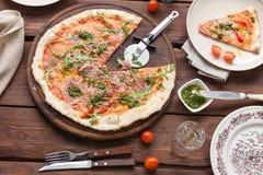 Pizza med tomater och pestosås Royaltyfri Foto
