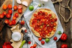 Pizza med tomater, schalottenlöken och nya örter Cherry Tomato Wood Arkivfoton