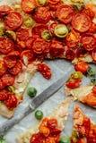 Pizza med tomater, schalottenlöken och nya örter Cherry Tomato Wood Fotografering för Bildbyråer